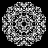 Pagina rotonda - ornamento floreale del pizzo - bianco su fondo nero Fotografia Stock