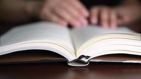 Pagina's van boek het draaien