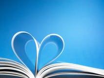 Pagina's van een boek dat in een hartvorm wordt gebogen royalty-vrije stock afbeelding