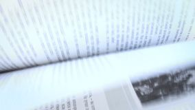 Pagina's van geopend boek op een wind