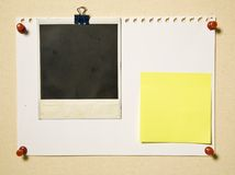 Paginación de la libreta con el marco y la nota de la cámara Fotos de archivo libres de regalías