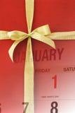 Paginación del calendario del Año Nuevo en el rectángulo de regalo rojo Foto de archivo libre de regalías