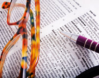 Paginación del diccionario con la palabra Pascua y los vidrios marrones fotografía de archivo libre de regalías