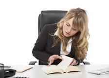 Paginación joven de la empresaria a través de un libro Imagen de archivo