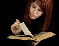 Paginaciones de torneado del libro de la muchacha Foto de archivo libre de regalías