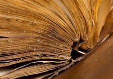 Paginaciones del libro antiguo abierto imagenes de archivo