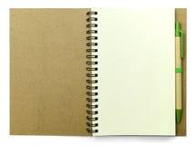 Pagine in bianco del diario con la penna su fondo bianco Immagine Stock Libera da Diritti