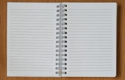 Pagine in bianco del diario sulla tavola di legno Immagine Stock