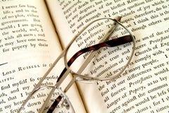 Pagine del libro di XVIIIesimo secolo con gli occhiali Immagine Stock