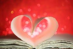 Pagine del libro in un cuore Immagini Stock Libere da Diritti