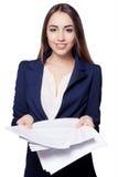 Pagine della stretta della giovane donna di documento Paperworker Fotografie Stock