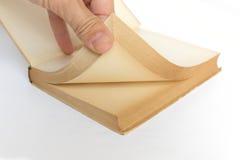 Pagine di tornitura della mano di vecchio libro Fotografie Stock