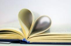 Pagine in forma di cuore del libro fotografia stock libera da diritti