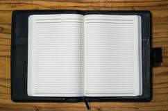 Pagine vuote del diario aperto del taccuino con la cassa di cuoio nera Fotografie Stock Libere da Diritti
