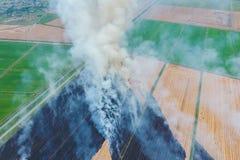 Paglia bruciante nei campi di grano dopo la raccolta immagini stock libere da diritti