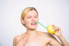 Paglia del cocktail di frutta del limone del succo fresco della bevanda della ragazza intera Concetto acido di gusto Ricetta dell fotografia stock libera da diritti