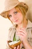 Paglia della noce di cocco della bevanda della giovane donna di safari Immagini Stock Libere da Diritti