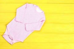 Pagliaccetto a strisce del cotone della neonata Immagini Stock Libere da Diritti
