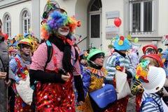 Pagliacci nella parata della via di carnevale Fotografia Stock
