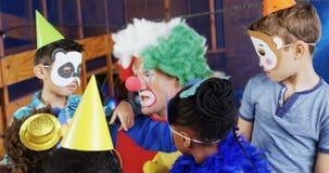 Pagliaccio che interagisce con i bambini durante la festa di compleanno 4k stock footage