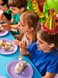 Pagliaccio del bambino di compleanno che mangia insieme dolce con il ragazzo Bambino con il fronte sudicio Fotografie Stock Libere da Diritti