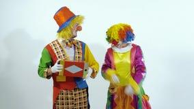 Pagliaccio di circo che elimina una scatola di un altro pagliaccio video d archivio
