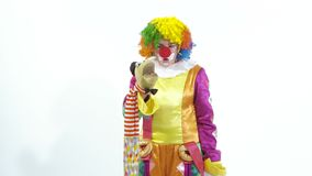 Pagliaccio di circo divertente che parla con burattino sulla sua mano stock footage