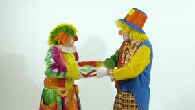 Pagliaccio di circo divertente due che parla a favore di piccola scatola archivi video