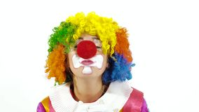 Pagliaccio di circo variopinto che canta canzone divertente stock footage
