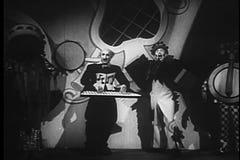 Pagliaccio e musicisti che eseguono al circo stock footage