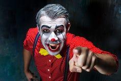 Pagliaccio terribile e tema di Halloween: Pagliaccio rosso pazzo in una camicia con le bretelle immagini stock libere da diritti