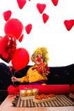 Pagliaccio vestito variopinto del biglietto di S. Valentino del ragazzo con gli aerostati Immagine Stock Libera da Diritti