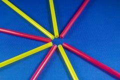 Paglie colorate sul fondo blu del paesaggio Fotografia Stock