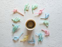 Paglie di plastica rotte del caff? concetto di ecologia immagini stock libere da diritti