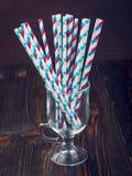 Paglie a strisce per i cocktail in un vetro Fotografia Stock