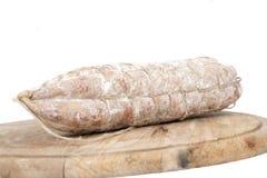 Pagnotta con le salsiccie sul piatto di legno Immagini Stock Libere da Diritti