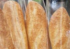 Pagnotta dei pani al mercato dell'agricoltore fotografia stock