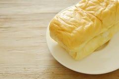 Pagnotta del pane del burro sul piatto Immagini Stock Libere da Diritti