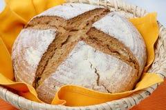Pagnotta del pane di cereale in ciotola della paglia Fotografie Stock