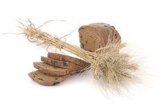 Pagnotta del pane di segale con le spighette fotografia stock