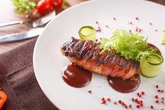 Pagnotta di carne deliziosa con ketchup su un piatto bianco, macro orizzontale Immagini Stock