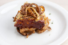 Pagnotta di carne di tacchino con le corde infornate della cipolla Fotografie Stock