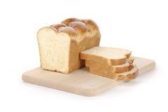 Pagnotta di pane affettata su una scheda di taglio immagine stock libera da diritti