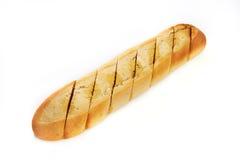 Pagnotta di pane dentellata con le spezie e l'olio isolati Fotografia Stock