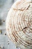 Pagnotta di pane fresco e delle orecchie di grano Immagini Stock Libere da Diritti