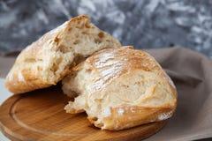 Pagnotta di pane fresco sul bordo di legno fotografia stock libera da diritti
