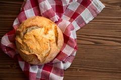 Pagnotta di pane integrale sulla tavola di legno fotografia stock libera da diritti