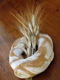Pagnotta di pane a sezione circolare con il covone del frumento Fotografie Stock
