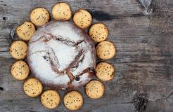 Pagnotta e bisquits sulla vecchia tavola di legno Fotografia Stock Libera da Diritti
