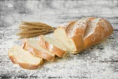 Pagnotta in farina sulla tavola Fotografia Stock